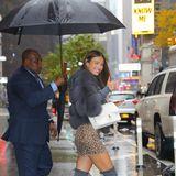 Model Lorena Rae hat trotz Schietwetter gute Laune. In einem sexy Outfit und mit einem persönlichen Schirmhalter spaziert die Schönheit durch New York.