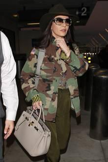 Guter Versuch! Catherine Zeta-Jones scheint sich am Flughafen in Los Angeles tarnen zu wollen. Im Army-Style -mitSonnenbrille, Hut und Camouflage-Jacke - wäre ihr das auch fast gelungen ...