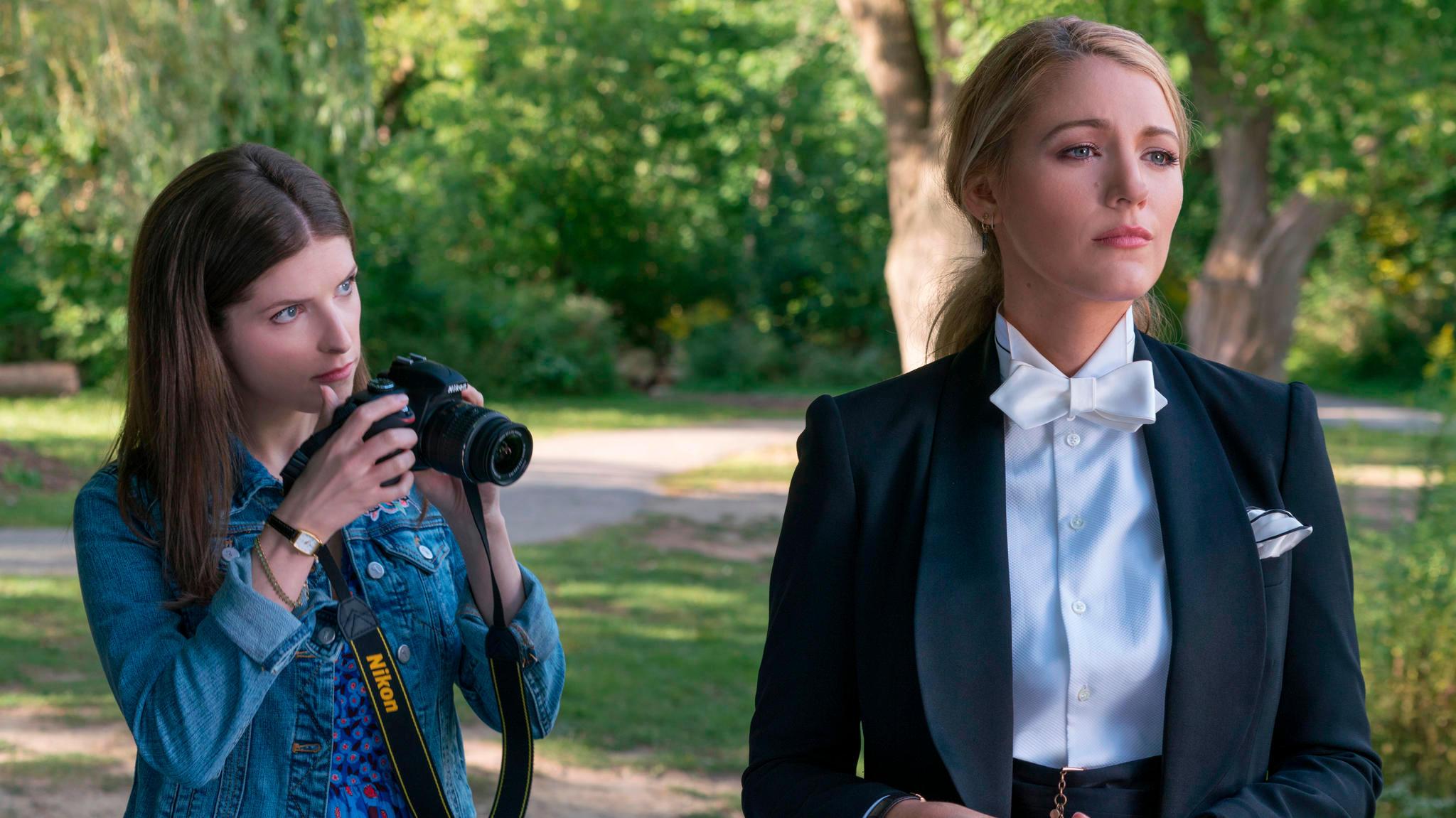 """Filmszene aus """"Nur ein kleiner Gefallen"""" mit Anna Kendrick und Blake Lively"""