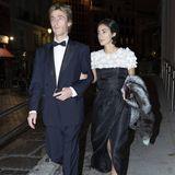 Für eine Theatergala in Madrid haben sich Prinz Christian von Hannover und seine Frau Alessandra in Schale geschmissen. Während er einen schwarz-blauen Anzug und Fliege trägt, entscheidet sie sich für ein schwarzes Kleid mit Beinschlitz und aufwendig besticktem Oberteil. Fellstola und auffälliger Schmuck runden den Look ab.