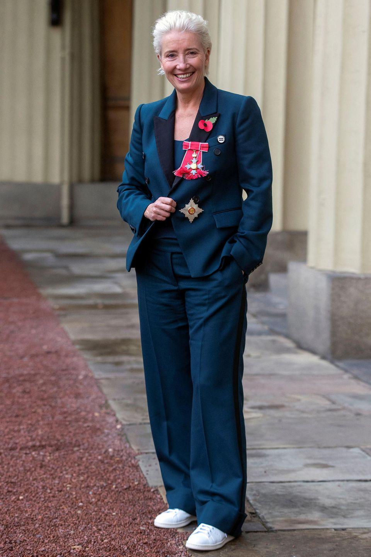 In einem coolen, blauen Anzug posiertEmma Thompson nach der Verleihung des britischen Verdienstordens. Weiße Sneaker und ihr frecher Kurzhaarschnitt machen den Look ungewöhnlich. Ob die Queen von diesem Outfit überrascht war?