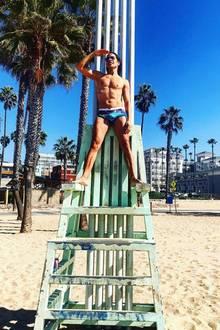 Jorge Gonzalez spielt am Pier von Santa Monica Baywatch und zeigt dabei seinen durchtrainierten Körper.