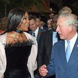 Der Prinz und die Fashion-Queen: Bei einem Empfang in Nigeria trifft die Modelikone auf den britischen Thronfolger. Das ungleiche Gespann hat dabei sichtlich Spaß.