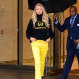 """Nachdem sie ihre Looks bekommen haben, verlassen die Models das Gebäude von """"Victoria's Secret"""" in NYC wieder. Romee Strijd erstrahlt mit einer quietschgelben Hose und lächelt leicht. Bei ihr scheint alles gesessen zu haben."""
