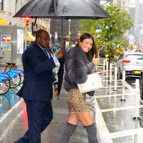 Nur einen Tag vor der großen Show stehen die finalen Fittings an. Jetzt muss alles passen. Für unseren deutschen Engel,Lorena Rae, dürften die Anproben besonders spannend sein: Für sie ist es das erste Mal. Trotz Regen scheint hier jedoch nichts ins Wasser zu fallen. Lorena macht einen glücklichen Eindruck.
