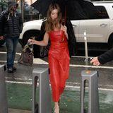 Grace Elizabeth kämpft sich ebenfalls durch den Regen. Zu den Anproben kommt sie im roten Leder-Jumpsuit. Wow