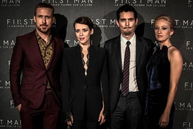 """Die Schauspieler Ryan Gosling, Claire Foy,Olivia Hamilton (r.)und RegisseurDamien Chazelle (2.v.r.) beim Screening von """"Aufbruch zum Mond"""" in Paris."""