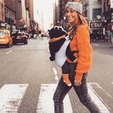 """Nicht nur Söhnchen """"Mini C"""" ist warm eingepackt, auch Mama Annemarie kuschelt sich beim Sightseeing in New York in einen orangefarbenen Strickpullover. Kurz zuvor hat siedaskuscheligeIt-Piecenoch im TV-Studio getragen, allerdings komplett anders gestylt ..."""