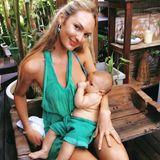 """Stillen geht auch im Partnerlook: Candice Swanepoel, eine bekennende """"Stillerin"""" legt bei der kleinen Ariel auch in Pausen am Set die Brust an und zeigt dies ganz offen auf ihrem Instagram-Account."""