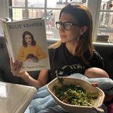 Stillen und nebenher ein Buch lesen und einen Salat snacken? Für die Multitasking-Mama Hilaria Baldwin kein Problem.