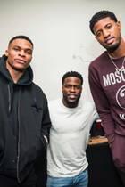Ok, gegen diese beiden Basketballstars würde allerdings wahrscheinlich jeder winzig aussehen. Kevin Hart stellt sich der Herausforderung und zeigt sich mit seinen gerade mal 163cm Größe neben den beiden Riesen auf seinem Instagram-Account.