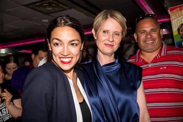 """Prominente Unterstützung: Alexandria Ocasio-Cortez mit """"Sex and The City""""-Star Cynthia Nixon, die sich 2018 als Gouverneurin von New York beworben hatte"""