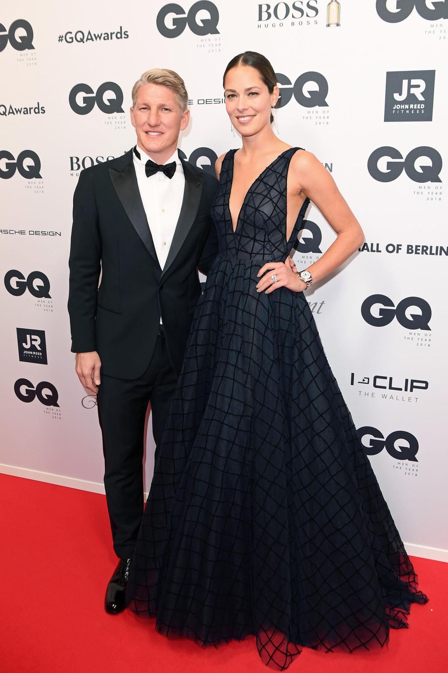 """Bastian Schweinsteiger und Ana Ivanovic zeigen einmal mehr, was für ein wunderschönes Paar sie doch sind. Und Anna lässt in ihrer Traumrobe ganz schön tief blicken. Der Fußballer bekommt den """"Sports Icon""""-Preis für seine herausragenden sportlichen Erfolge überreicht."""