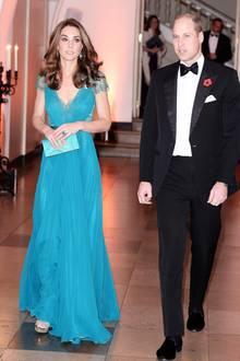 Zu der Verleihung der Tusk Conservation Awards 2018 kommt Herzogin Catherine in einem Kleid von Jenny Packham, das ihr viele bewundernde Blicke einbringt. Das helle Türkis strahlt besonders schön und unterstreicht ihr brünettes Haar umso mehr.