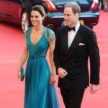 In 2012 zeigt sich Herzogin Catherine erstmals in der Robe von Jenny Packham. Sie schreitet darin über den roten Teppich der Olympic Games Gala.