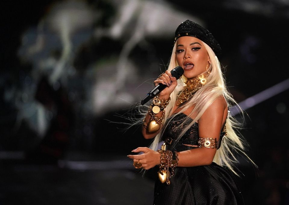 Die Britin Rita Ora heizt den Models und dem Publikum mit einer sinnlichen Performance ein.