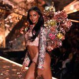 """Jasmine Tookesgehört schon seit 2015 zum Stamm der """"Victoria's Secret""""-Engel. In diesem Jahr bezaubert sie in einem rosafarbenen Bustier und Spitzenhöschen. Spitze!"""