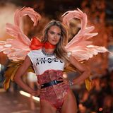 """Hot Mama! Candice Swanepoel in einem sexy Body mit weißem Shirt, auf dem """"Victoria's Secret Angel' steht."""
