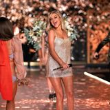 "US-Country-Sängerin Kelsea Ballerini performt gemeinsam mit The Chainsmokers ihren Song ""This Feeling""."