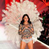 """Emotionen pur: Die Brasilianerin Adriana Lima läuft nach 19 Jahren die letzte Show für """"Victoria's Secret""""."""