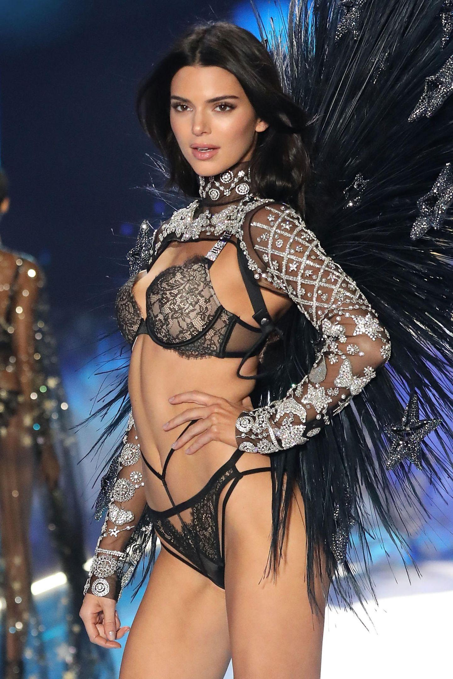 Kendall Jenner ist zurück auf dem VS-Catwalk. Nach dem sie im letzten Jahr ausgesetzt hat, wird sie nun mehr denn je gefeiert. Kein Wunder, bei dem Anblick ...