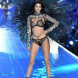 Es ist ihr Abend: Supermodel Kendall Jenner zeigte sich verspielt und in Flirtlaune auf dem Catwalk. Ganz zur Freude der vielen (männlichen) Fans.