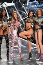 Die globale Model-Power auf dem Catwalk: Ming Xi aus China, US-Model Grace Elizabeth, French-Girl Cindy Bruna,die Amerikanerinnen Gigi Hadid und Kendall Jenner sowie das britische Model Alexina Graham lassen sich feiern.