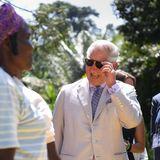 8. November 2018  Bei seinem Besuch des Dorfes Abuja in Nigeria ist Prinz Charles zum Scherzen aufgelegt.