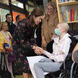 8. November 2018  Während ihrer Italienreise besucht Prinzessin Mary ein Kinderkrankenhaus. Liebevoll begrüßt die dänische Thronfolgerin die Kinder.