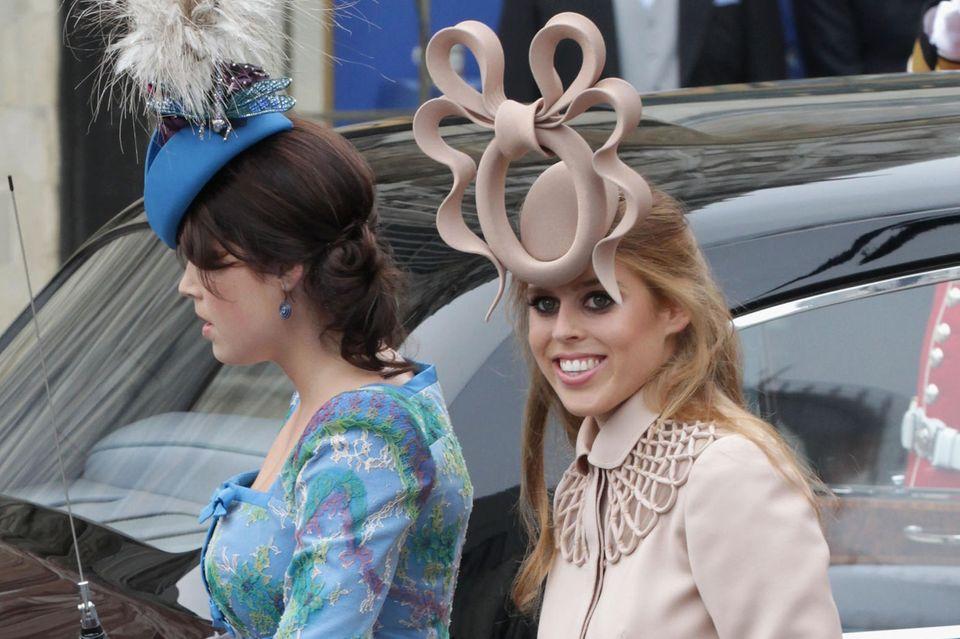 Prinzessin Beatrice und Prinzessin Eugenie mit ihren Aufsehen erregenden Outfits bei Herzogin Catherine und Prinz Williams Hochzeit 2011