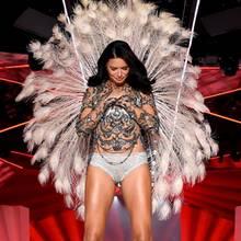 Adriana Lima verneigt sich auf dem Catwalk. Ihr Herz schlägt seit Jahren für Victoria's Secret.