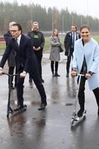 8. November 2018  Bei einem Pressetermin einer Freizeitanlangein Värmland haben Prinzessin Victoria und Prinz Daniel auf den Rollern so richtig Spaß.