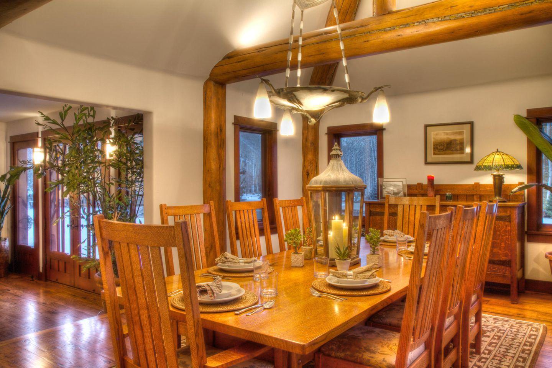 Passend zu einem Haus in den Bergen, ist indem Essbereich alles aus Holz.