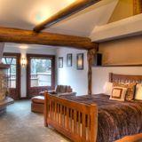 Warme Farben, Holz und kuschelige Decken und Felle machen das ehemalige Schlafzimmer von Bruce Willis zumWohlfühlparadies.