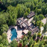 Das schöne Anwesen im Skiort Sun Valley in Idaho it direkt an einem Bergsee gelegen.