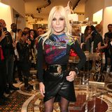 Zu einem Store-Event in Berlin erscheint Donatella Versacein einem Lederrock in Wickeloptik, einem Shirt mit Muster-Mix und einem auffällig großem Taillengürtel, der ihre schmale Figur betont. Kaum zu glauben, dass die 63-Jährige vor fast 20 Jahren einmal so ausgesehen hat ...