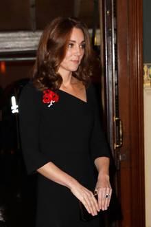 Herzogin Catherine kombiniert zu ihrem schwarzen Dress ebenfalls schwarze Jimmy Choo Romy Pumps. Mit Accessoires hält sich die Herzogin bedeckt und wählt lediglich den berühmten Verlobungsring von Prinzessin Diana sowie Ohrringe mit Perlen und Diamanten als Zierde.