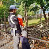 11. November 2018  Zum schwedischen Vatertag, teilt deroffizielle Instagram-Account des Prinzenpaares ein süßen Familienfoto: Prinz Carl Philip trägt dabei Söhnchen Prinz Gabriel in der Babytrage und hält Prinz Alexander an der Hand. Gemeinsam schauen sie sich Tiere in einem Park an.