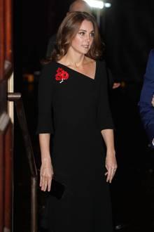 Ein gutes halbes Jahr spätersehen wir auch Herzogin Catherine mit einem ähnlichen Kleid auf einer Gedenkfeier in der Royal Albert Hall am 10. November 2018. Statt kurzen Ärmeln, wähltsie einKleidmit einer Dreiviertel-Armlänge, doch mit einem ebenfalls auffälligen, asymmetrischen Ausschnitt. Im Gegensatz zu ihrer Schwägerin, entscheidet sich Kate für offenes, leicht gewelltes Haar.