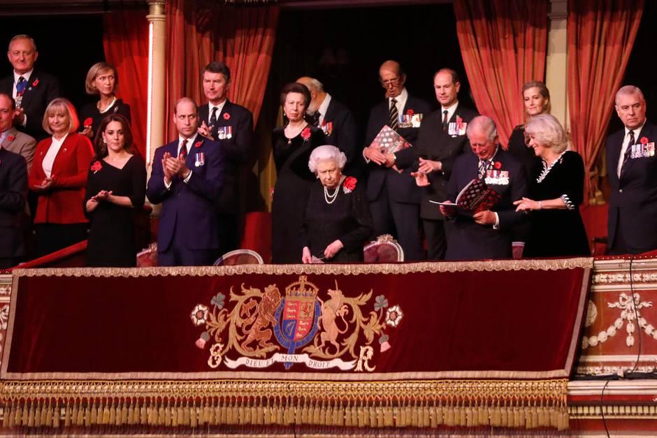 Herzogin Catherine, Prinz William, Queen Elizabeth, Prinz Charles, Herzogin Camilla
