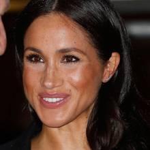 Beim genaueren Blick in Meghans hübsches Gesicht fällt eine Kleinigkeit ins, oder besser gesagt, ums Auge: ihr viel zu heller Concealer. In Kombination mit dem bronzefarbenen Rougeergibt sich ein starker Kontrast, der so mit Sicherheit nicht vorgesehen war.