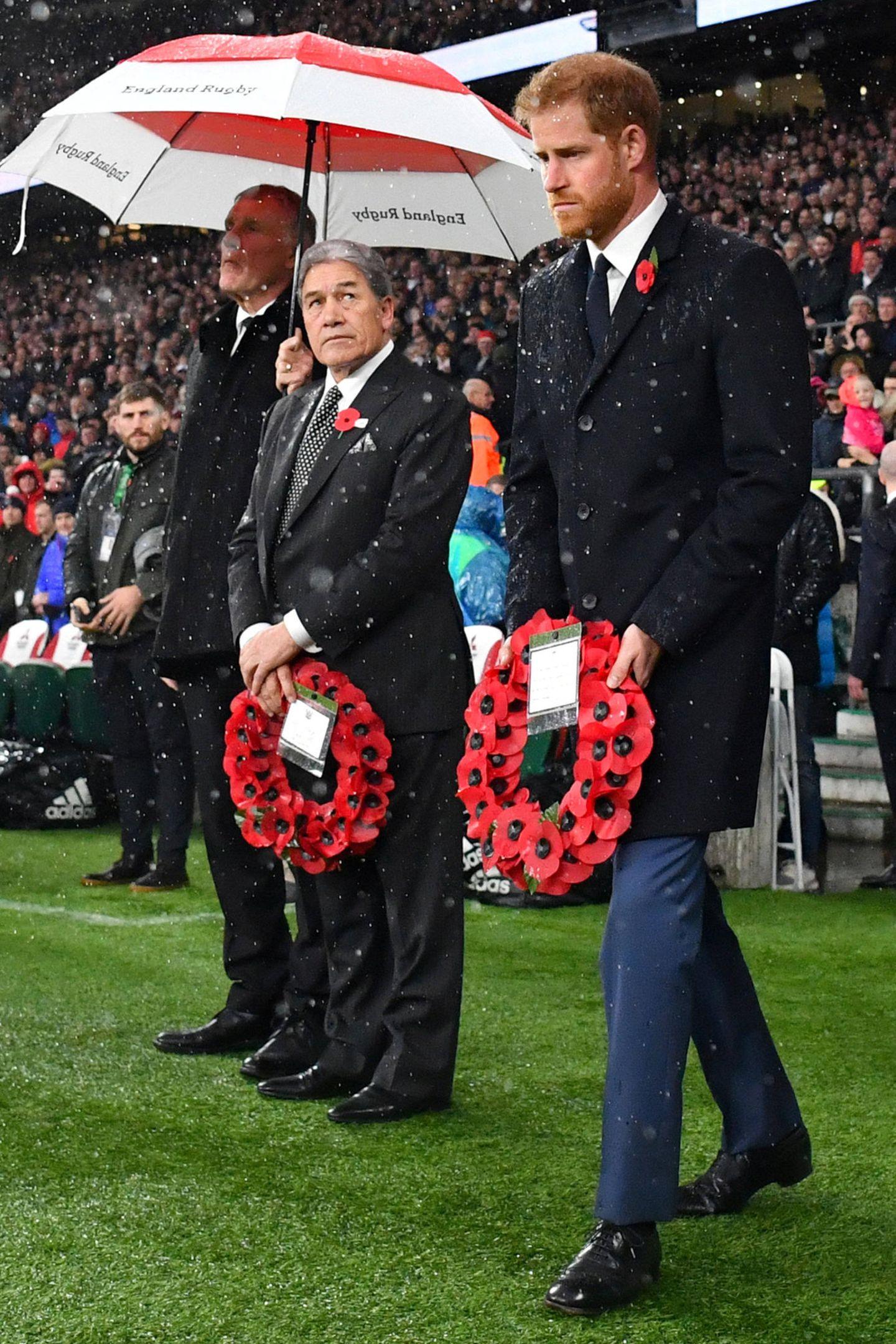 10. November 2018  Prinz Harry zeigt sich sichtbar gerührtvor dem Rugbyspiel zwischen England und Neuseeland in Twickenham. Es werden die gefallenen Soldaten des Ersten Weltkriegs geehrt.