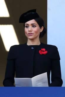 """11. November 2018  Herzogin Meghan singt bei der Gedenkfeier am Kenotaph anlässlich des """"Remembrance Sunday 2018"""" in London."""