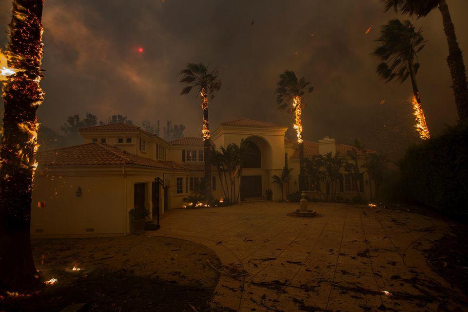 Der schlimmste Feuersturm in der Geschichte Kaliforniens hat auch zahlreiche Villen der Stars in Malibu zerstört