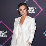 """Bei den """"People's Choice Awards"""" in Los Angeles posiert Victoria Beckham gewohnt stilsicher in einem weißen Hosenanzug. Ein auf den erstem Blick perfekter Look, wenn man ihre Schuhe außer acht lässt. Victorias schwarze High Heels scheinen nämlich ein wenig zu groß zu sein."""