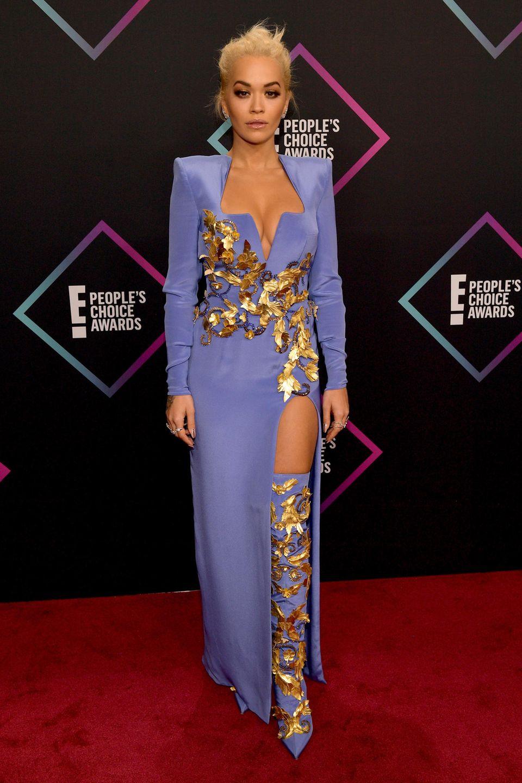 Rita Ora ist in ihrem Look von Versace der Hingucker des Abends. Vor allem die vergoldeten Blätter, die sie umranken, ziehen die Blicke an.