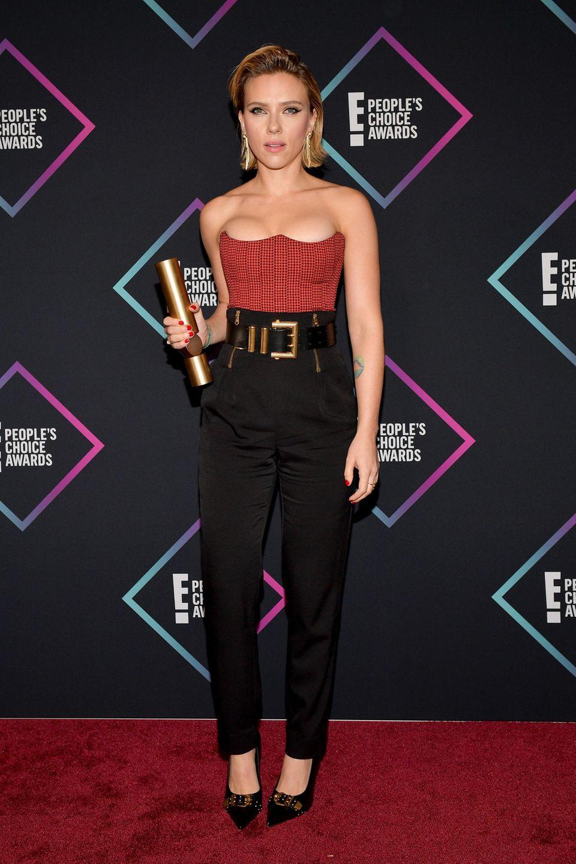 Scarlett Johansson glänzt in einem Resort-Look von Versace. Die Corsage hat einen außergewöhnlichen Ausschnitt, der Gürtel bringt den 80's-Vibe mit sich. Wundervoll!