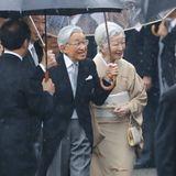 9. November 2018  Trotz strömenden Regens haben Kaiserin Michiko und Kaiser Akihito beste Laune als bei der Gartenparty des Akasaka Palasts eintreffen.Es ist die letzte Gartenparty von Kaiser Akihito vor seiner Abdankung.