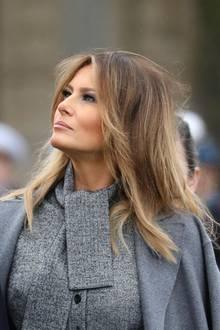 Ihr Haar trägt sie offen und in leichten Wellen. Ein fast perfekter Look - wäre da nicht ihre etwas zerzauste Haarpracht am Hinterkopf. Zeigt nur, dass auch die First Lady Amerikas nur ein Mensch ist.