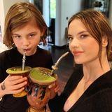 11. November 2018  Cheers! Alessandra Ambrosio und Söhnchen Noah gönnen sich einen großen Becher Matcha-Tee. Natürlich stilecht aus Harry Potter Krügen.